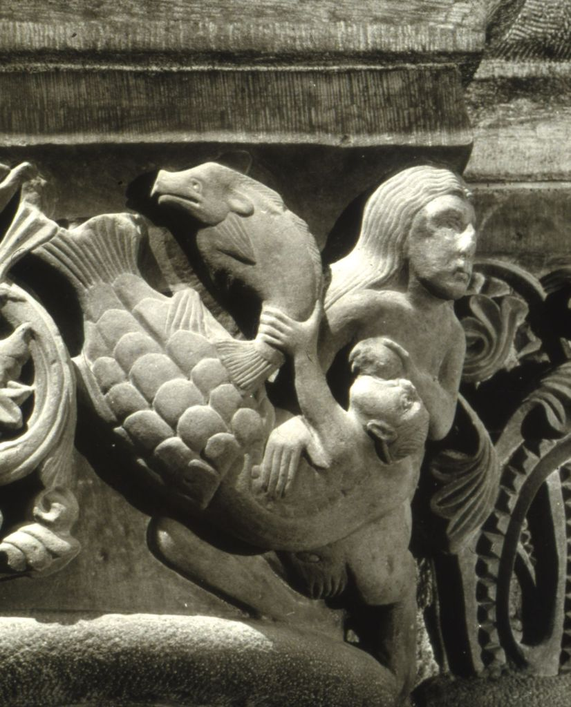 Photo d'un chapiteau de la Cathédrale Notre-Dame de Bâle en Suisse mettant en scène une sirène qui allaite