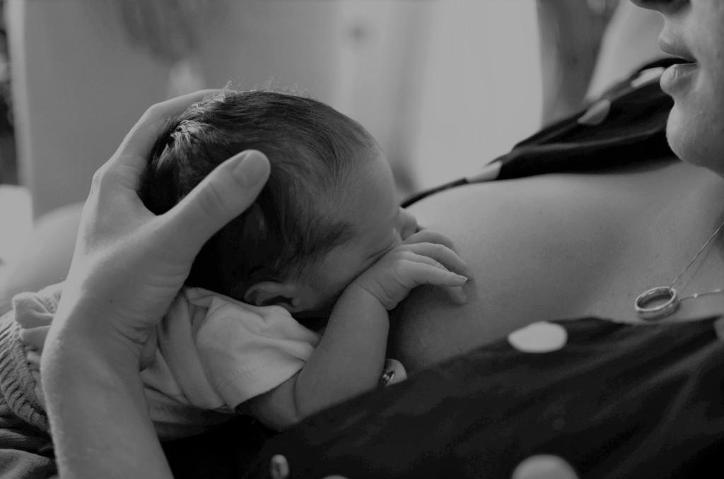 Un bébé et sa maman en pleine tétée : aide-allaitement-haute-loire